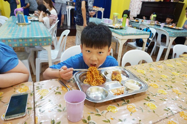 Trai he Tieng Anh VietPhil Camp tai truong EMO - Gio an (2)