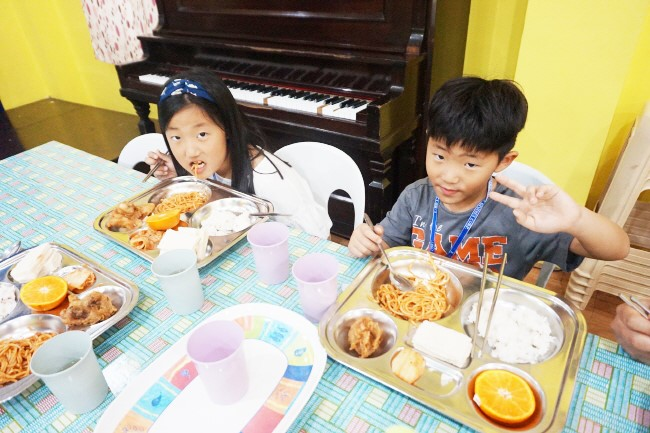 Trai he Tieng Anh VietPhil Camp tai truong EMO - Gio an (3)