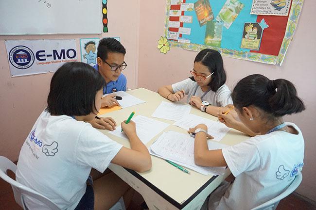 Trai he Tieng Anh VietPhil Camp tai truong EMO - Gio hoc (1)